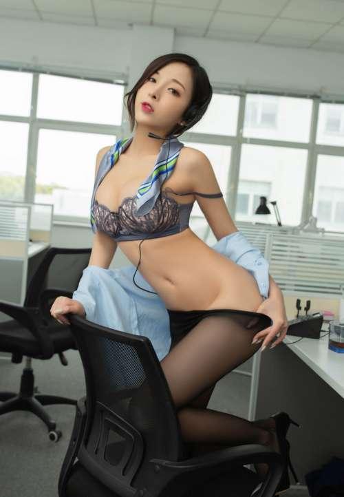 顶级少妇翘着光屁股趴在办公室,纤纤玉腿精致玉足高清