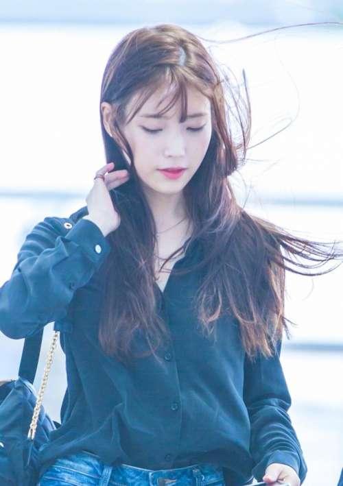 韩国美女明星iu李智恩机场街拍头发随风飘舞