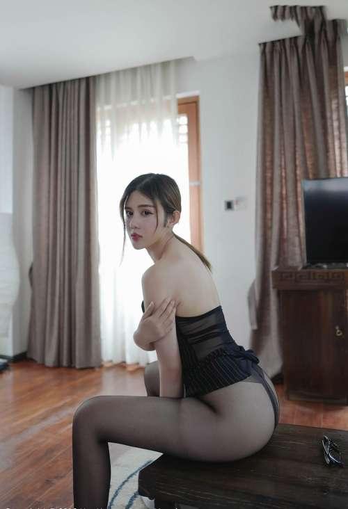 性感女教师Cris卓娅祺OL制服教鞭无内销魂姿势大尺度写真