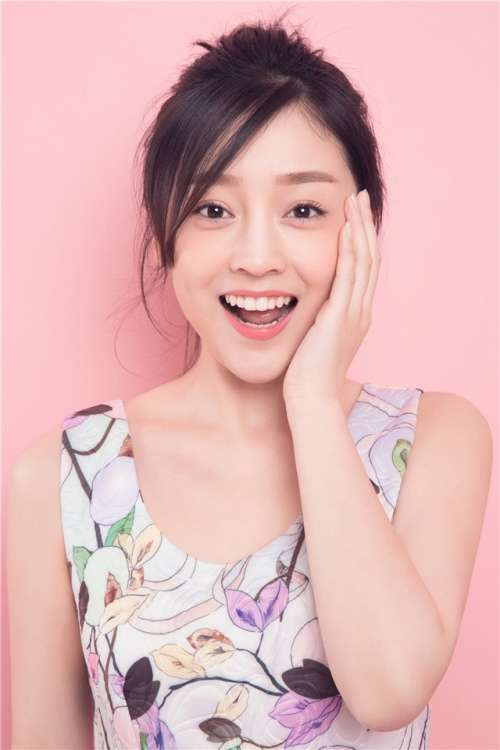 演员何花粉色系写真高清手机壁纸