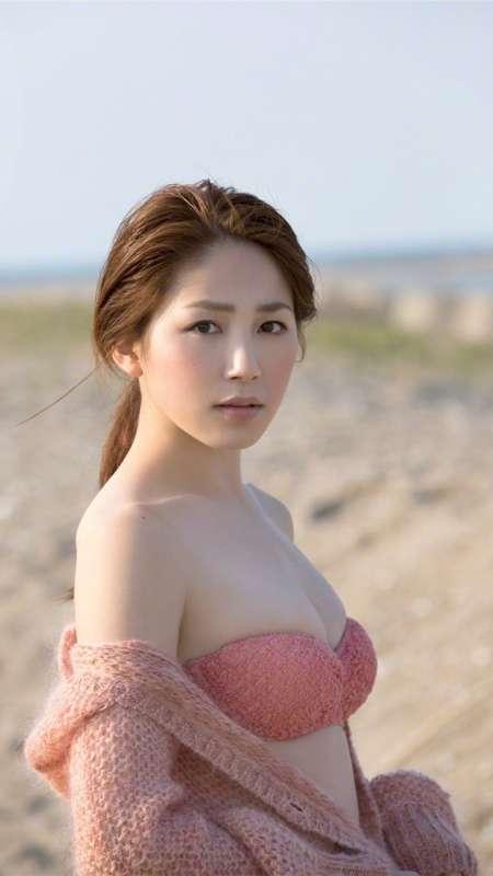 日本美女少妇比基尼户外写真手机壁纸