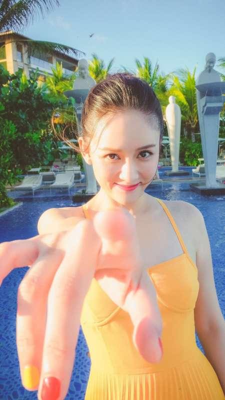 美女明星陈乔恩笑容甜美活力十足手机壁纸