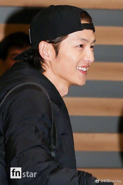 韩国男演员宋仲基机场街拍图片