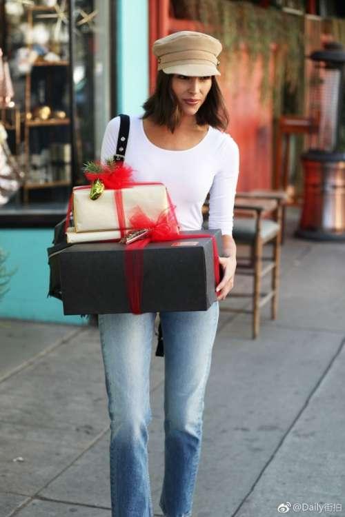 欧美美女美国环球小姐 Olivia Culpo 在洛杉矶出街买