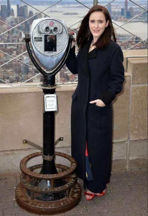 欧美美女明星Rachel Brosnahan精致的麦瑟尔夫人图片
