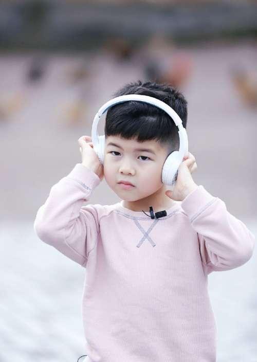 东北沙仲基安吉粉色卫衣戴白色耳机帅气写真