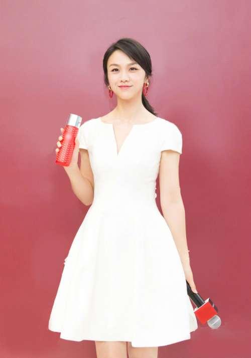 内地女演员汤唯穿浅V白裙秀美腿笑容温暖迷人图