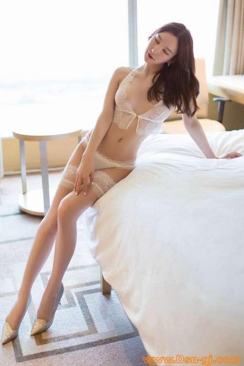 我的极品美女校花图片,两根粗大在她腿间进进出出