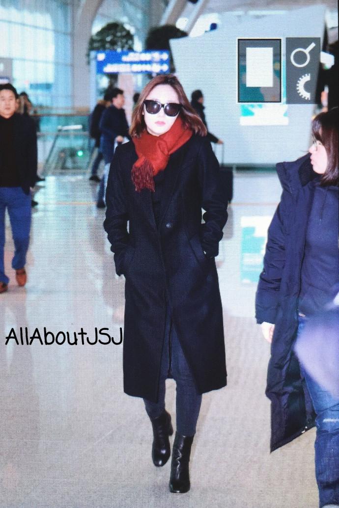 韩国美女明星郑秀晶Krystal机场街拍图片