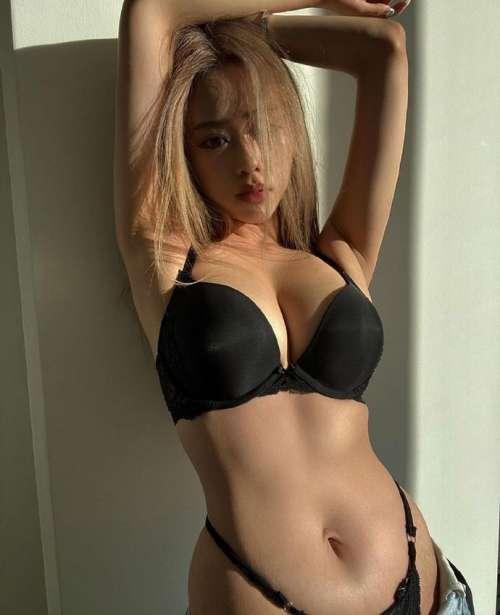 绝色身材大胸妹完美胸型图片