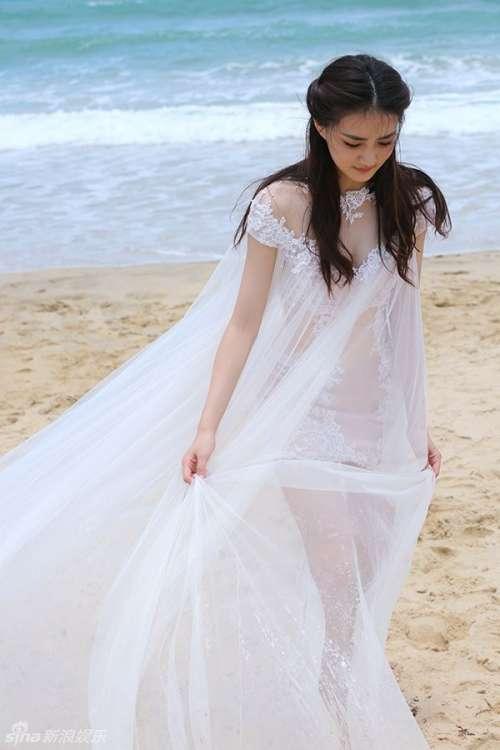 徐璐婚纱裙迷人漫步海滩写真