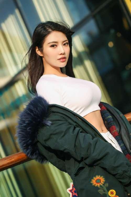 性感女星徐冬冬休闲大片写真尽显好身材