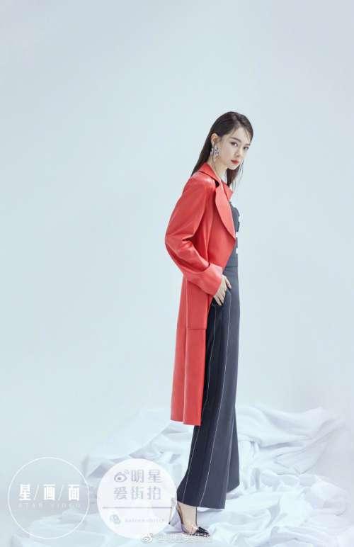 四川美女明星戚薇留着优雅长发气质时尚封面大