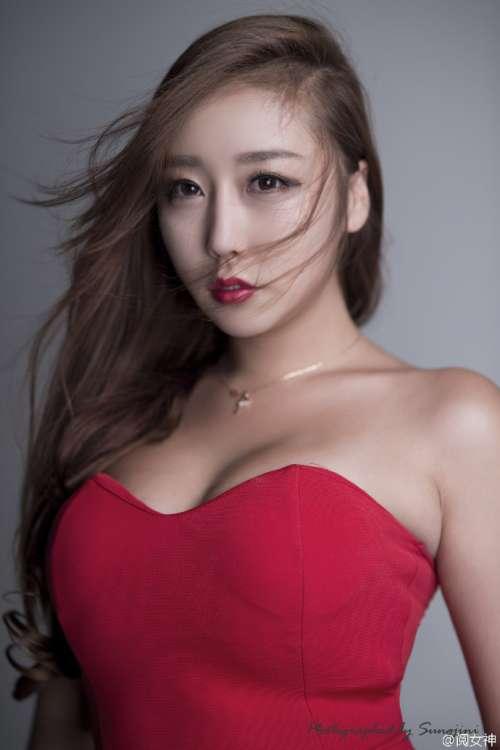 韩流时尚_韩国美女车模金多蕴红色紧身裙丰满写
