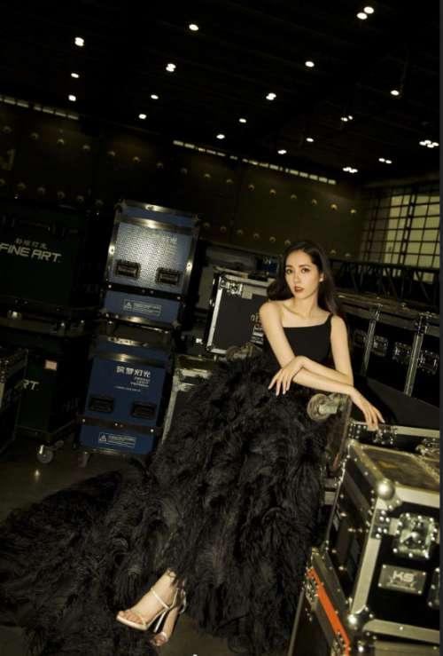 台湾美女图片 台湾女神郭碧婷黑白两套礼服出席