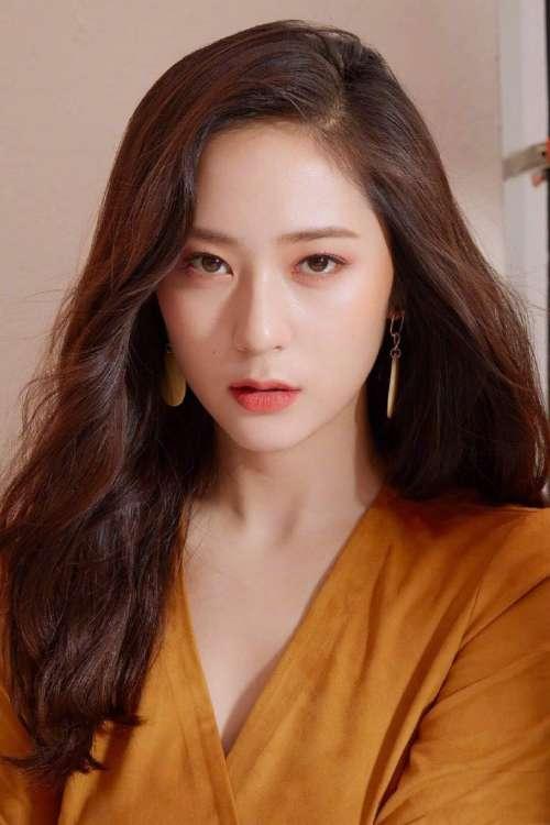 韩国美女明星郑秀晶 x ELLE淡妆出境封面图片