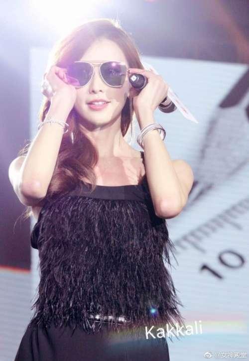 台湾名模林志玲黑色吊带高开叉裙出席活动优雅