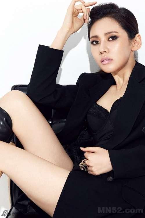 秋瓷炫霸气演绎红黑魅力写真