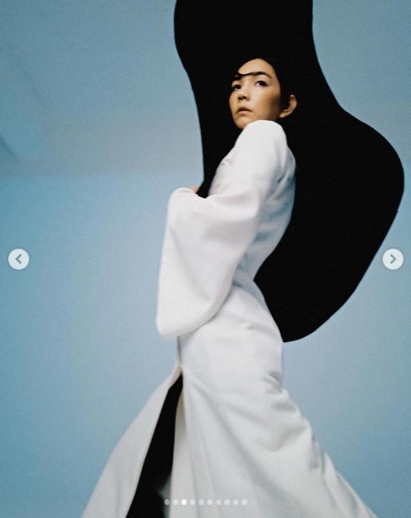 Ella最新时尚写真图 穿白色深V大衣露背套裙秀性感线条