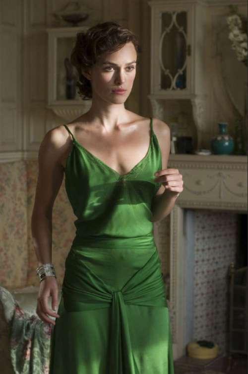 夏日里一袭绿裙凯拉·奈特莉欧美美女图片