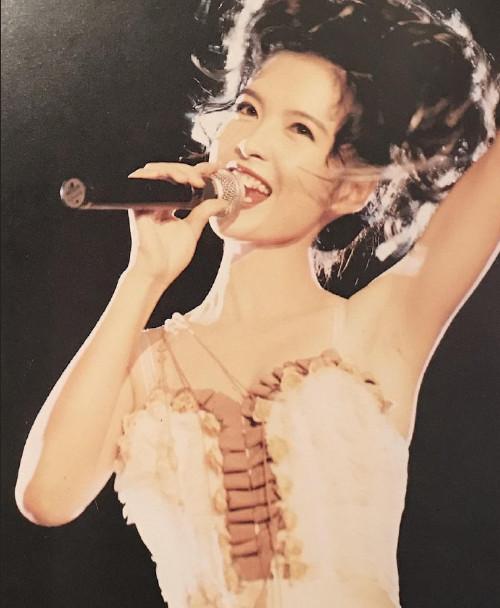 香港美女明星周慧敏25年前演唱会的旧照图片