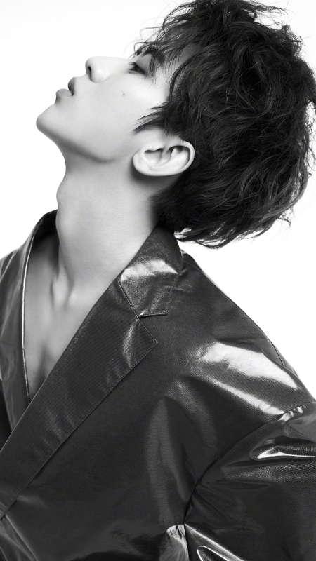 蔡徐坤黑白帅气时尚写真图片手机壁纸