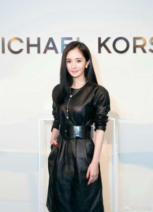 品牌代言人北京美女明星杨幂黑色长款皮裙出席