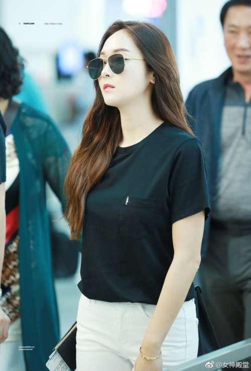 韩国美女明星郑秀妍机场街拍黑白搭配