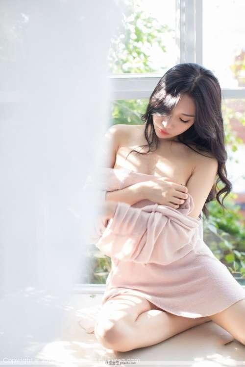 小狐狸Sica暧昧气息粉色小吊带樱桃娇唇白皙皮肤