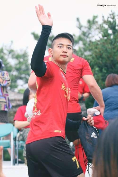 韩国男团崔珉豪踢足球图片 韩国男明星图片