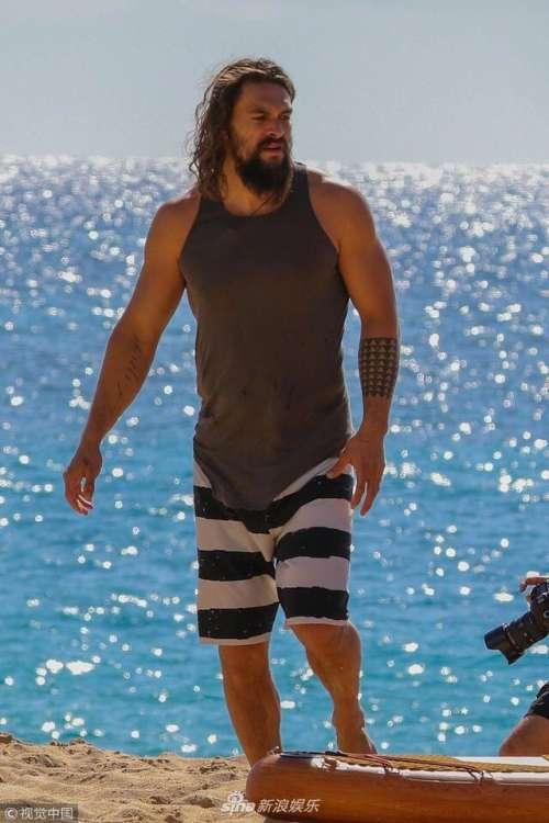 欧美男明星杰森·莫玛夏威夷冲浪图片