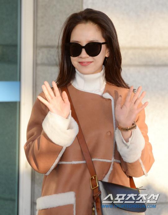 韩国美女明星宋智孝清早现身仁川机场美貌清纯
