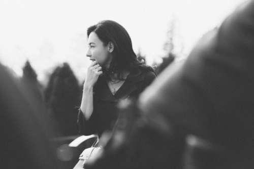 香港美女明星张柏芝卷发披肩黑白写真自然随性