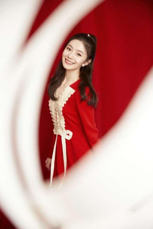 刘浩存半扎高马尾笑容甜美 一袭红裙元宵节气氛满满