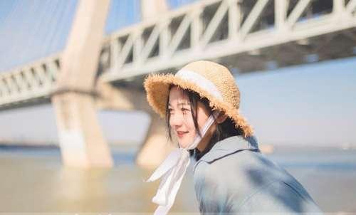 草帽少女写真,草帽少女沐浴阳光笑脸正能量写真