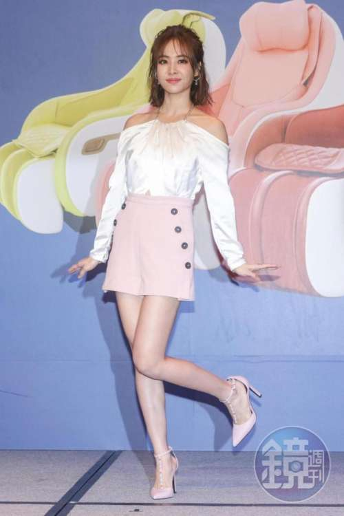 台湾美女歌手蔡依林出席某活动性感美背图片