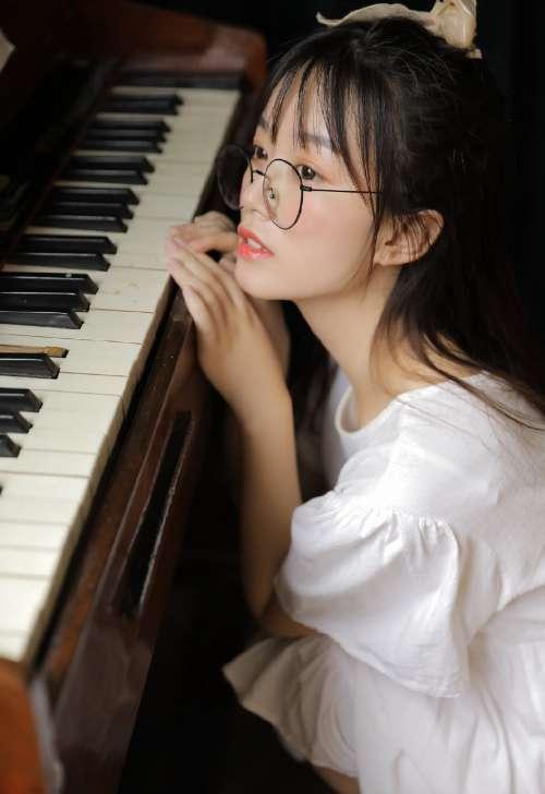 唯美少女弹钢琴图片