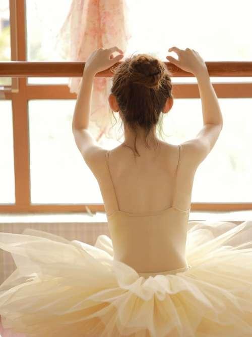 芭蕾舞美女冷漠表情写真,日系可爱丸子头美女高清壁纸