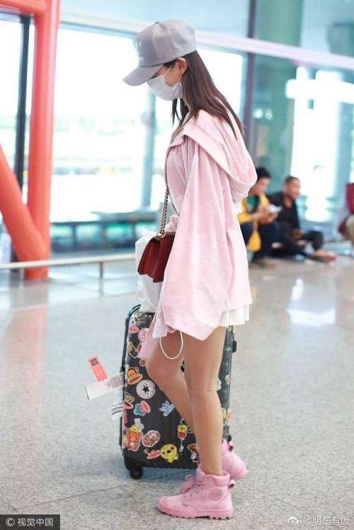 网红美女张予曦一身全粉装扮满满的少女心机场