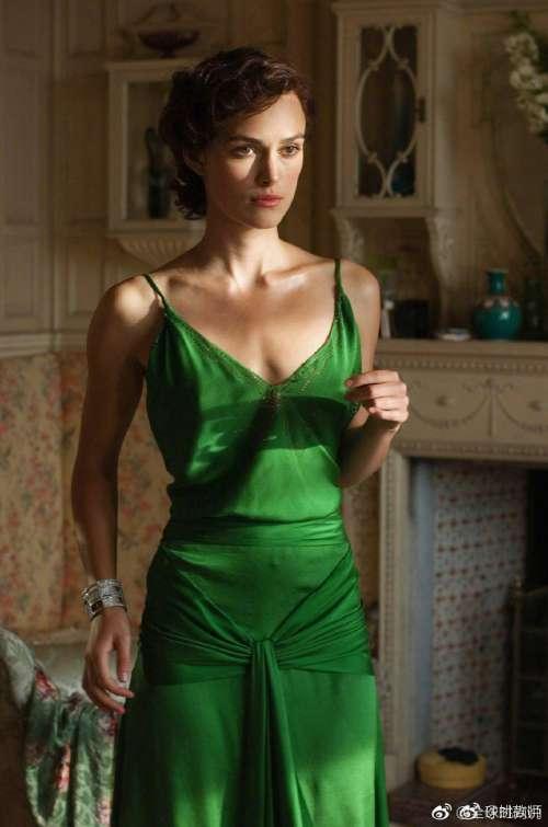 欧美美女明星Keira Knightley在电影《赎罪》中绿色