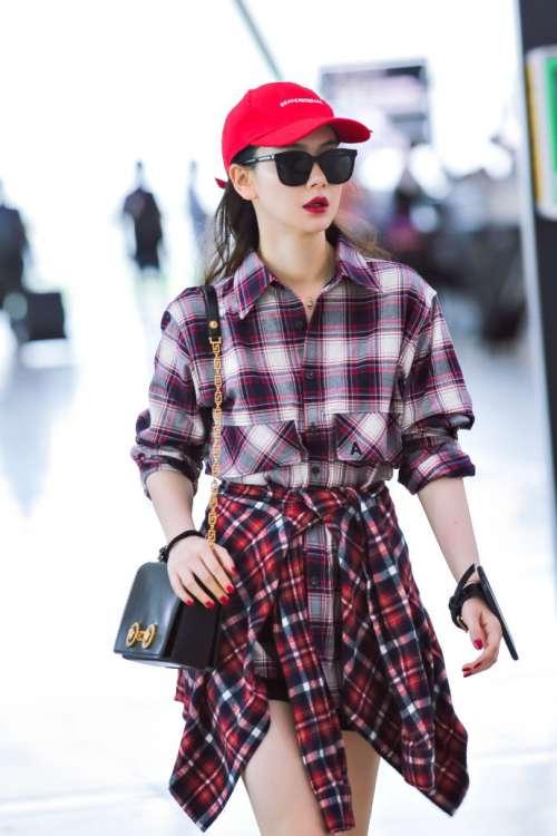 四川美女戚薇格纹装戴着红色棒球帽现身机场街