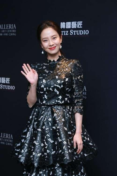 韩国美女图片 女演员宋智孝黑色碎花礼服裙优雅图片