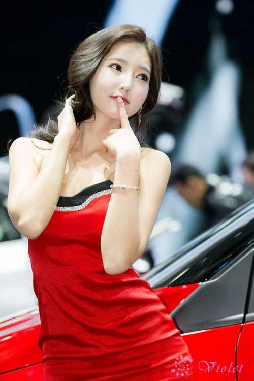 韩国美女演员金宝拉红色连衣裙出席车展图片