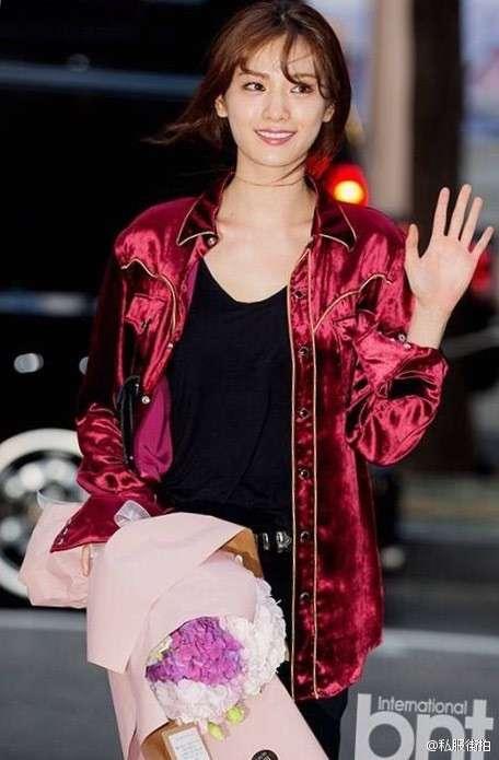 韩国女明星林珍娜NANA撞衫宋茜两种私服穿搭都不