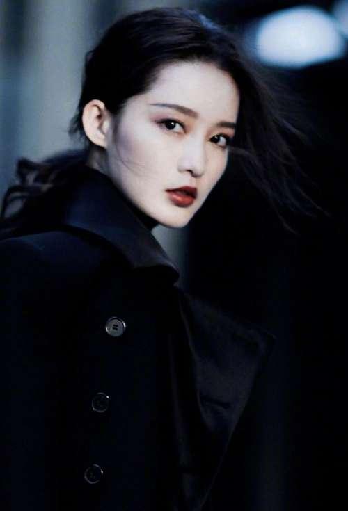 中国实力女演员李沁超A西服帅气图片
