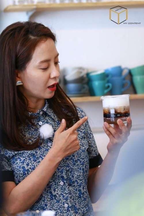 韩国美女明星宋智孝调制咖啡萌图