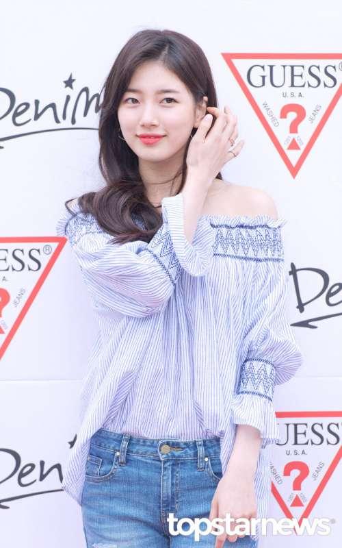 韩国美女明星裴秀智穿一字领上衣露雪肩甜美可