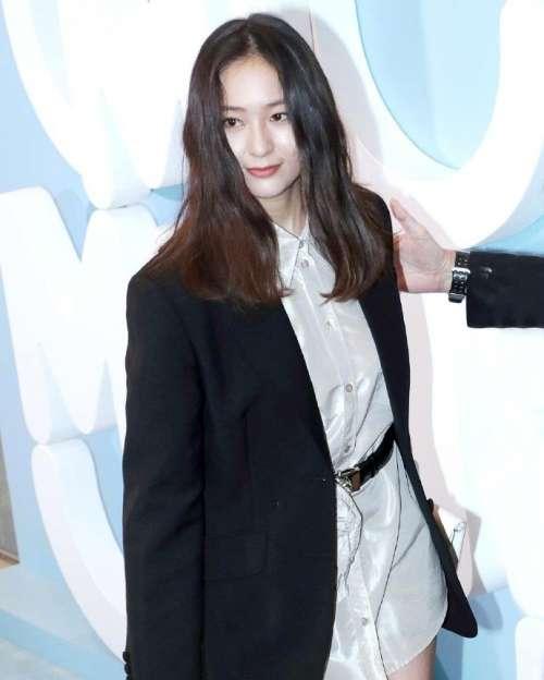 韩国美女明星郑秀晶Krystal出席HK Miu Miu活动图片
