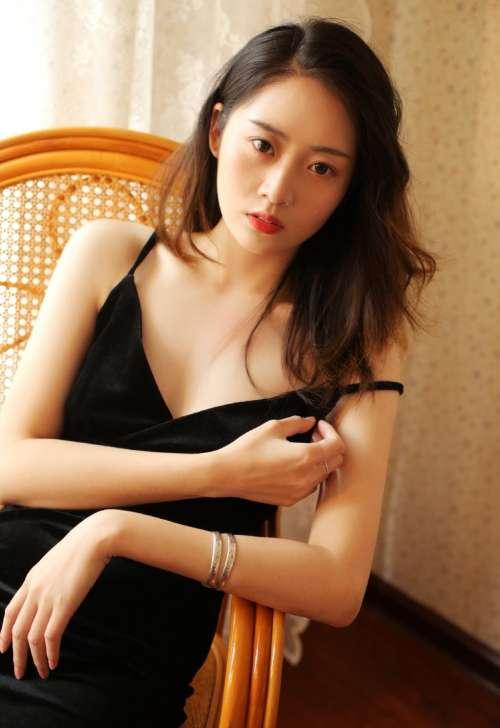 极品成熟美女低胸美乳性感写真