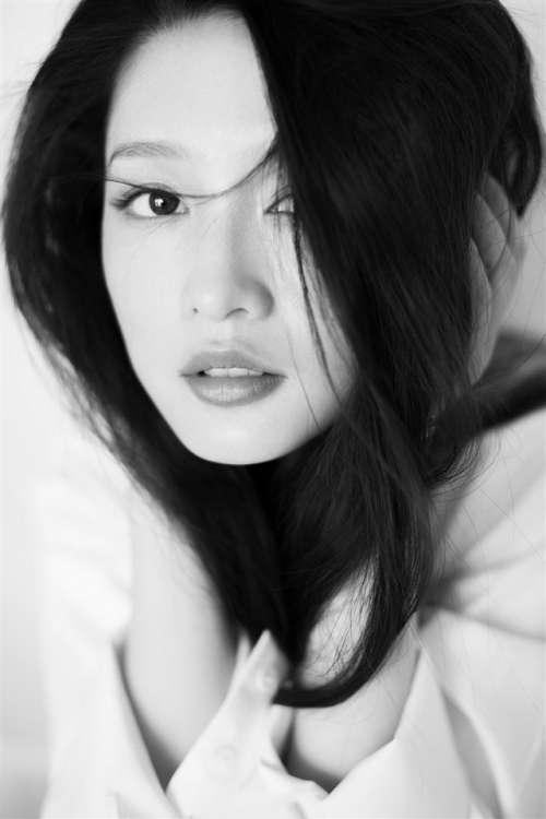 气质美女李沁慵懒风写真手机桌面壁纸